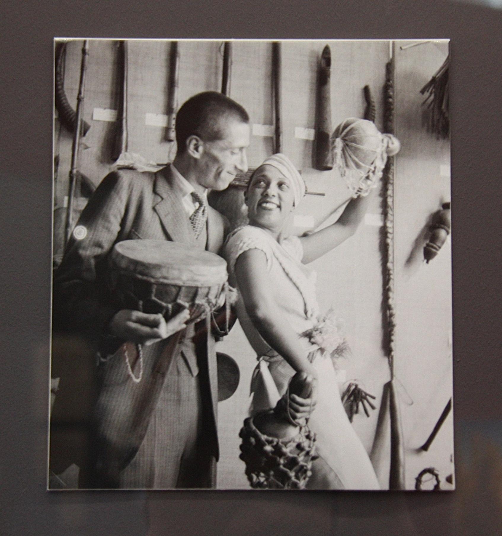 Josephine Baker et Georges-Henri Rivière au musée d'ethnographie du Trocadero, 1933, photo de Boris Lipnitzki, exposition leiris, centre pompidou-metz