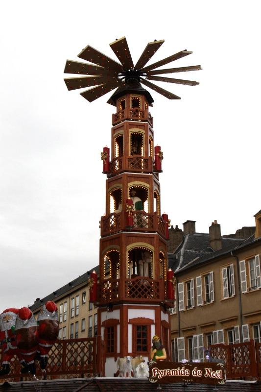 la pyramide de Noël, place saint Luois marché de Noel