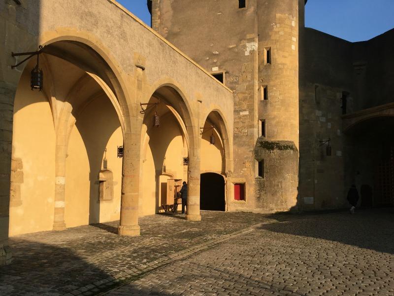 la cour et ses arcades