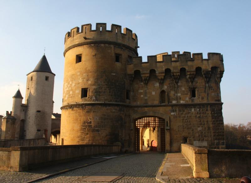 l'entrée par les tours du XVème siècle