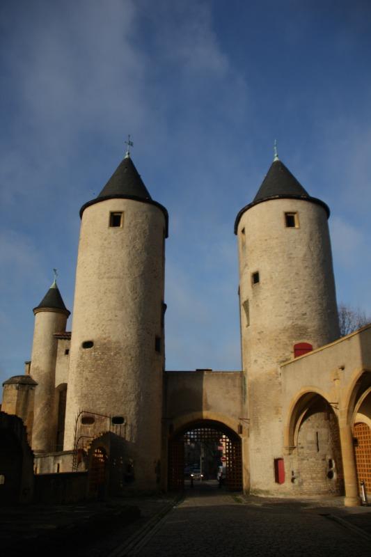 Vue sur les tours du XIIIème siècle depuis la cour