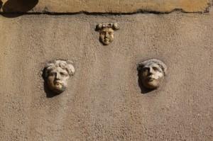 cherchez les têtes romaines place Saint-Louis
